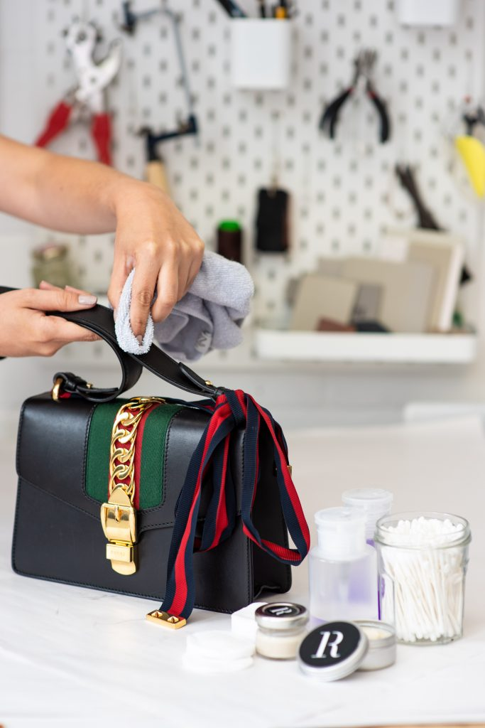 Applying appropriate leather cream to leather handbags to nourish and protect